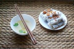 Το Banh cuon-βιετναμέζικα έβρασε τους ρόλους ρυζιού με το εσωτερικό κιμά στον ατμό που συνοδεύθηκε από το κύπελλο της σάλτσας ψαρ Στοκ Φωτογραφίες