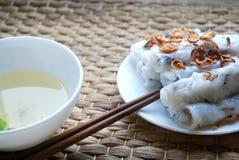 Το Banh cuon-βιετναμέζικα έβρασε τους ρόλους ρυζιού με το εσωτερικό κιμά στον ατμό που συνοδεύθηκε από το κύπελλο της σάλτσας ψαρ Στοκ Φωτογραφία