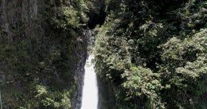 Το Banos, Ισημερινός - 24 Σεπτεμβρίου 2018 - κηφήνας αυξάνεται αργά Past Pailon del Diablo Devil's καζάνι εκθέτοντας το δάσος απόθεμα βίντεο