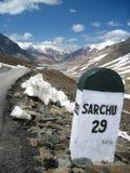 το baralacha Ιμαλάια περνά το sarchu στ&omicro στοκ φωτογραφίες