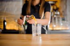 Το Barista αρχίζει ένα οινοπνευματώδες κοκτέιλ με το χυμό από πορτοκάλι Στοκ Εικόνες