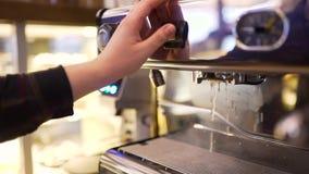 Το Barista διαχειρίζεται τη μηχανή καφέ απόθεμα βίντεο