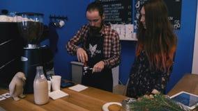 Το Barista επιδεικνύει πώς να ενεργοποιήσει τη μηχανή καφέ απόθεμα βίντεο
