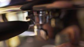 Το Barista κάνει τον καφέ σε μια μηχανή καφέ απόθεμα βίντεο