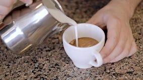 Το Barista κάνει το σχέδιο στο φραγμό καφέ Κινηματογράφηση σε πρώτο πλάνο φιλμ μικρού μήκους