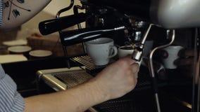 Το Barista κάνει το espresso στο φραγμό καφέ Κινηματογράφηση σε πρώτο πλάνο απόθεμα βίντεο