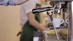 Το Barista κάνει το espresso δύο στο φραγμό καφέ απόθεμα βίντεο