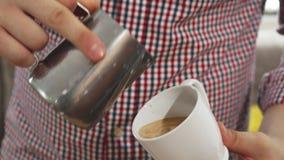 Το barista κάνει το cappuccino απόθεμα βίντεο