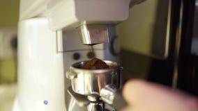 Το Barista παίρνει τον καφέ από έναν μύλο καφέ φιλμ μικρού μήκους