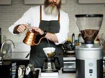 Το Barista προετοιμάζει την έννοια λειτουργίας καφέ στοκ εικόνα