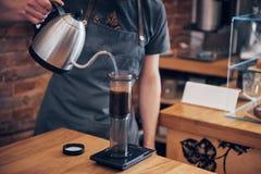 Το Barista προετοιμάζει την έννοια λειτουργίας καφέ στοκ εικόνες