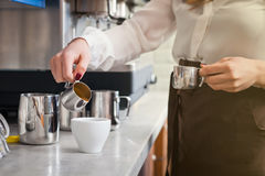 Το Barista προετοιμάζει τον καφέ στη μηχανή καφέ Στοκ φωτογραφίες με δικαίωμα ελεύθερης χρήσης
