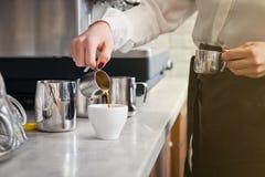 Το Barista προετοιμάζει τον καφέ στη μηχανή καφέ Στοκ εικόνες με δικαίωμα ελεύθερης χρήσης
