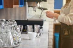 Το Barista προετοιμάζει τον καφέ στη μηχανή καφέ Στοκ εικόνα με δικαίωμα ελεύθερης χρήσης