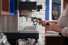 Το Barista προετοιμάζει τον καφέ στη μηχανή καφέ Στοκ Εικόνα