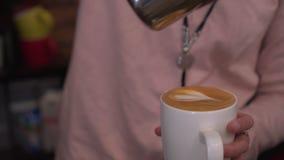 Το Barista χύνει τον καφέ σε μια κούπα Στοκ εικόνες με δικαίωμα ελεύθερης χρήσης