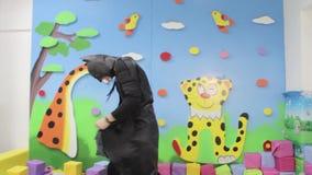 Το Batman είναι στην παιδική χαρά και το χορό απόθεμα βίντεο