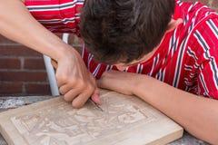 Το Bboy στα παραδοσιακά ενδύματα από Urk κάνει ένα ξύλινο carvin Στοκ εικόνες με δικαίωμα ελεύθερης χρήσης
