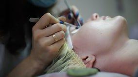 Το Beautician αυξάνεται eyelashes για το όμορφο κορίτσι Διαδικασία επέκτασης Eyelash απόθεμα βίντεο