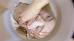 Το Beautician αφαιρεί το μπάλωμα ματιών απόθεμα βίντεο