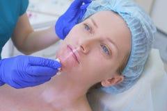 Το beautician γιατρών κάνει τις εγχύσεις παρά το θηλυκό ασθενή έννοια της ομορφιάς και cosmetology 4K Στοκ φωτογραφία με δικαίωμα ελεύθερης χρήσης