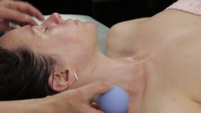 Το Beautician κάνει το μασάζ λαιμών αντι-γήρανσης με τις κενές τράπεζες κενό μασάζ προσώπου για την αναγέννηση δερμάτων απόθεμα βίντεο