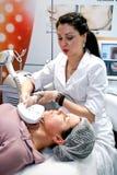 το beautician κάνει τη διαδικασία Στοκ εικόνα με δικαίωμα ελεύθερης χρήσης