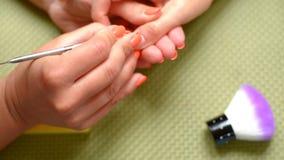 Το Beautician κάνει το μανικιούρ απόθεμα βίντεο