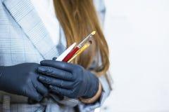 Το beautician κοριτσιών κρατά τα εργαλεία για την εργασία Προσοχή φρυδιών ομορφιάς Προσωπική φροντίδα brunelleschi στοκ εικόνες