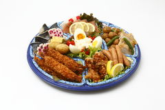 Το Bento του γεύματος με τις τηγανισμένες γαρίδες, λουκάνικα, έβρασε τα αυγά, λεμόνι α Στοκ εικόνα με δικαίωμα ελεύθερης χρήσης