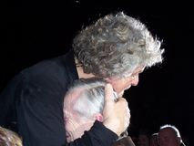 Το Beppe Grillo αγκαλιάζει με αγάπη ένα ηλικιωμένο πρόσωπο Στοκ Φωτογραφία