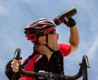Το Bicyclist δροσίζει το κεφάλι του Στοκ Φωτογραφία