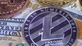 Το Bitcoin με διαφορετικό Cryptocurrency Litecoin, Ethereum, τα νομίσματα εξόρμησης, και Bill των δολαρίων περιστρέφονται απόθεμα βίντεο