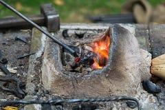 Το Blacksmithing, ένα red-hot κομμάτι του σιδήρου σφυρηλατεί το φούρνο Στοκ φωτογραφίες με δικαίωμα ελεύθερης χρήσης