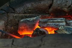 Το Blacksmithing, ένα red-hot κομμάτι του σιδήρου σφυρηλατεί το φούρνο Στοκ Εικόνες