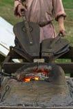Το Blacksmithing, ένα red-hot κομμάτι του σιδήρου σφυρηλατεί το φούρνο Στοκ φωτογραφία με δικαίωμα ελεύθερης χρήσης