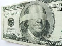 Το Blindfolded Ben Franklin εκατό δολάριο Μπιλ επεξηγεί την οικονομική αβεβαιότητα Στοκ Φωτογραφίες
