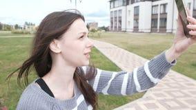 Το Blogger λέει την ιστορία στους συνδρομητές της, που πυροβολούνται σε ένα κινητό τηλέφωνο, selfie βίντεο φιλμ μικρού μήκους