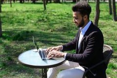 Το Blogger τοποθετεί το βίντεο στο lap-top Στοκ Φωτογραφία