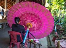 Το BO τραγούδησε το χωριό, χειροποίητες ομπρέλες και parasols, η μη αναγνωρισμένη γυναίκα στην εργασία στην ομπρέλα που κάνει την στοκ φωτογραφία με δικαίωμα ελεύθερης χρήσης