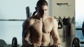 Το bodybuilder ασκεί με έναν φραγμό απόθεμα βίντεο