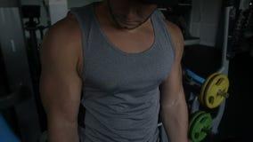 Το Bodybuilder κάνει την μπούκλα EZ barbell απόθεμα βίντεο