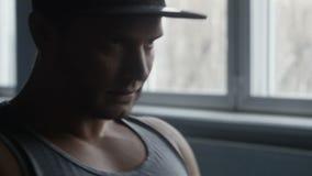 Το Bodybuilder κωπηλατεί στη γυμναστική απόθεμα βίντεο
