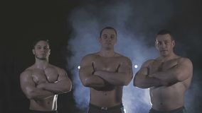 Το Bodybuilders είναι τρεις από μας, πίσω από το dysovaya πέπλων φιλμ μικρού μήκους