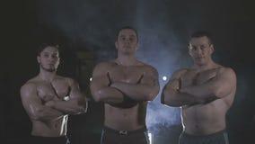 Το Bodybuilders είναι τρεις από μας, πίσω από το dysovaya πέπλων απόθεμα βίντεο