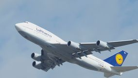 Το Boeing 747 απογείωση και αναρριχείται απόθεμα βίντεο