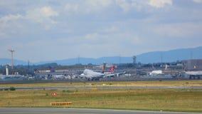 Το Boeing 747 επιταχύνει και απογειώθηκε φιλμ μικρού μήκους