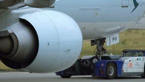 Το Boeing 777-367ER Cathay Pacific Airways ρυμουλκείται στον αερολιμένα της Φρανκφούρτης Αμ Μάιν φιλμ μικρού μήκους