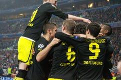 Το Borussia Ντόρτμουντ γιορτάζει το στόχο κατά τη διάρκεια της αντιστοιχίας του Champions League ενάντια σε Shakhtar Στοκ φωτογραφία με δικαίωμα ελεύθερης χρήσης