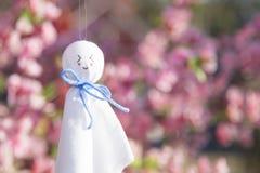 Το bozu teru Teru είναι μια μικρή παραδοσιακή χειροποίητη κούκλα φιαγμένη από Λευκή Βίβλο ή ύφασμα Αυτό το φυλακτό είναι υποτιθέμ στοκ εικόνα με δικαίωμα ελεύθερης χρήσης